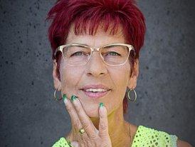 Rosemarie Bordeaux Pearl Warm Grey на женском лице